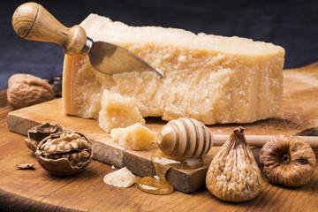 spuntino con parmigiano miele, fichi  e noci