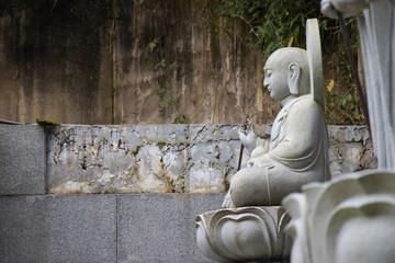 仏の石像の横姿