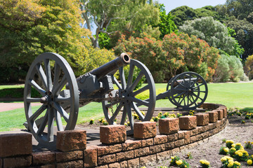Kanone als Bestandteil eines Denkmals mit Schussrichtung nach rechts