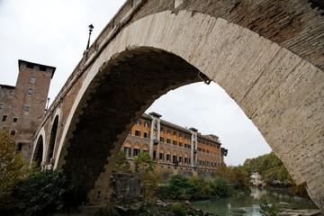 Roma, Italia. Fiume Tevere. Ponte Fabricio con Ospedale Fate Bene Fratelli sullo sfondo