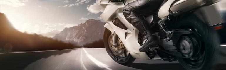 Motorrad-Tour in einer Berglandschaft