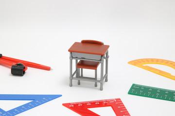 定規と学習机のミニチュア  算数、数学の教育イメージ