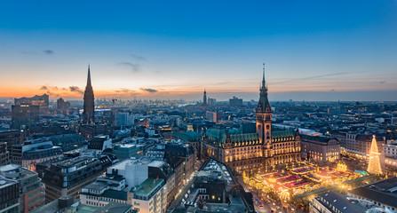 Rathaus und Weihnachtsmarkt in Hamburg II