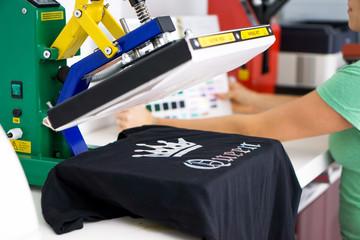 T-Shirt wird mit Flexfolie bedruckt