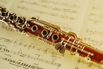 Klarinette liegt auf Musiknoten