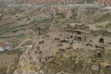 Capadocia, región histórica de Anatolia Central, en Turquía, que abarca partes de las provincias de Kayseri, Aksaray, Niğde y Nevşehir.