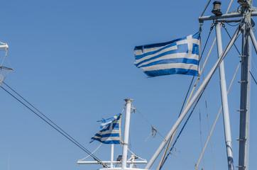 griechische fahnen auf einem schiff