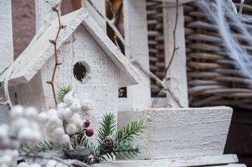 petite cabane à oiseaux en décoration de noël Wall mural
