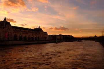 Le moment de coucher du soleil à Paris