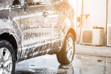 Car washing at the car wash shop Fototapete