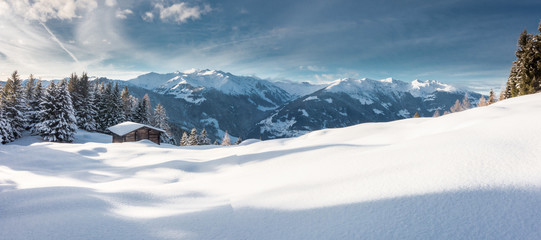 Winterpanorama mit Hütte in den österreichischen Alpen
