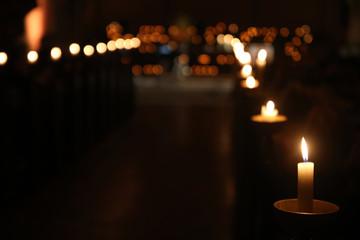 Kerzenreihe in einer Hamburger Kirche bei der Nacht der Kirchen.Where: Hamburg.When: 16.09.2017.