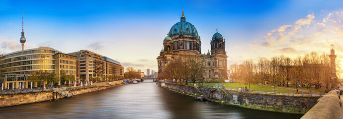 Papiers peints Berlin Beautiful panoramic view of Berlin Dome during sunset against blue sky