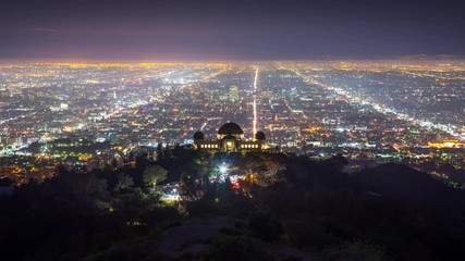 Fotobehang - Los Angels skyline night Griffith Observatory city streets background Timelapse