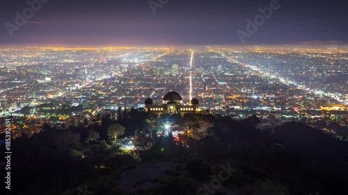 Fotobehang Los Angels skyline night Griffith Observatory city streets background Timelapse