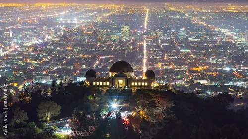 Fotobehang Los Angeles skyline night Griffith Observatory city streets in background 4K