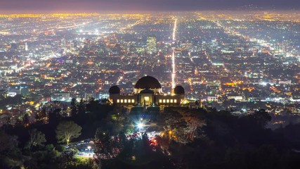 Fototapete - Zoom in Griffith Observatory illuminated city Los Angeles streets 4K UHD