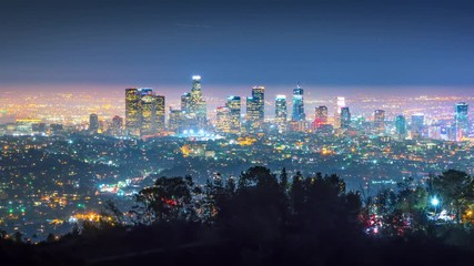 Fototapete - Zoom downtown city Los Angels skyline night Griffith Observatory 4K timelapse