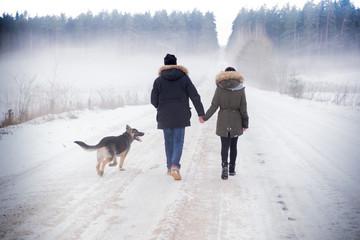 три друга идут по снежной дороге во время тумана