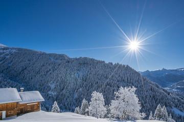 Tief verschneite Winterlandschaft in den Bergen