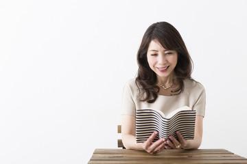 読書を楽しむミドル女性