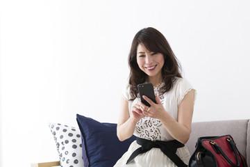 スマートフォンを見るミドル女性
