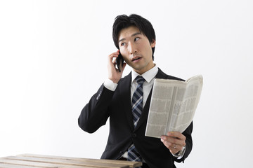 新聞を見る若いビジネスマン