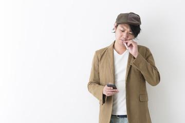 タバコを吸うミドル男性