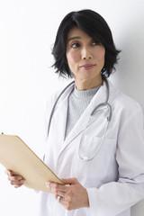 カルテを見る女医
