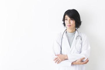 腕組みする女医