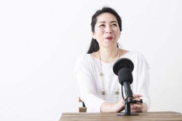 録音するミドル女性