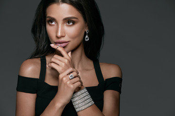 Jewelry Fashion. Beautiful Woman Wearing Diamonds.