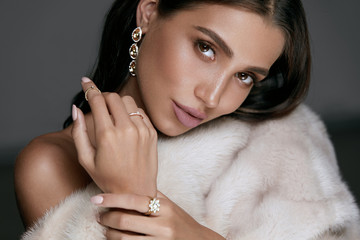 Jewelry Fashion. Woman In Luxury Jewels