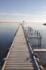 Ein gefrorener Steg am See im Winter