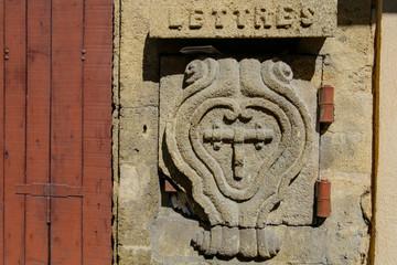 Ancien boîte aux lettres en pierre sculptée. France.