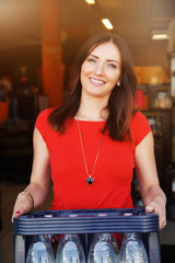 hübsche Frau kauft eine Kiste Wasser