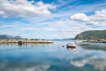 Fischkutter im Hafen von Sørkjosen, Norwegen
