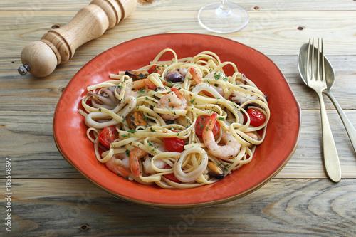 pasta con frutti di mare sfondo tavolo di cucina\