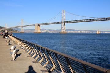 Bay Bridge von einem Pier im Stadtteil Embarkadero fotografiert.Where: San Francisco, USA.When: 25.02.2013.
