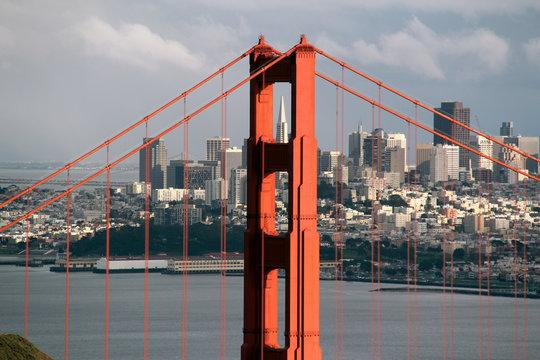 Bildkomposition eines Pfeilers der Golden Gate Bridge, an dessen Zwischenraum die Spitze der Transamerica Pyramide zu sehen ist..Where: San Francisco, USA.When: 28.02.2014.