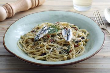 pasta spaghetti con le sardine uvetta e pinoli