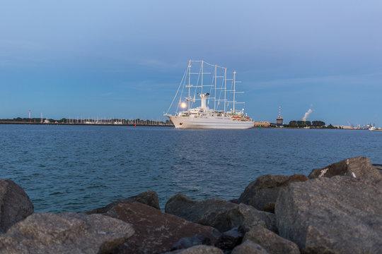 Großes Kreuzfahrtschiff verlässt den Hafen von Warnemünde
