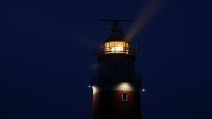 Faro illuminato nel cielo di notte