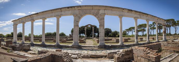 Fotorolgordijn Rudnes Roman ruins in Minturno, Italy.