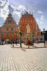 Schwarzhäupterhaus mit Rolandsäule am Rathausplatz in Riga, Lettland