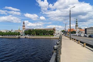 Blick auf Dom und Petri-Kirche in Riga von der Akmens Brücke, Lettland