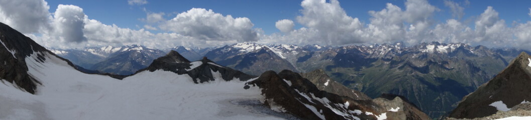 Bergpanorama im Stubai mit Hütte