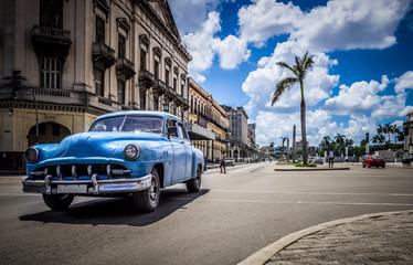 HDR - Amerikanischer blauer Chevrolet Oldtimer auf der Hauptstrasse in Havanna Kuba - Serie Kuba 2016 Reportage