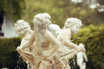 Statue of children at the top of the fountain