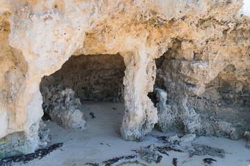 Höhle am Strand in einer Felsbucht
